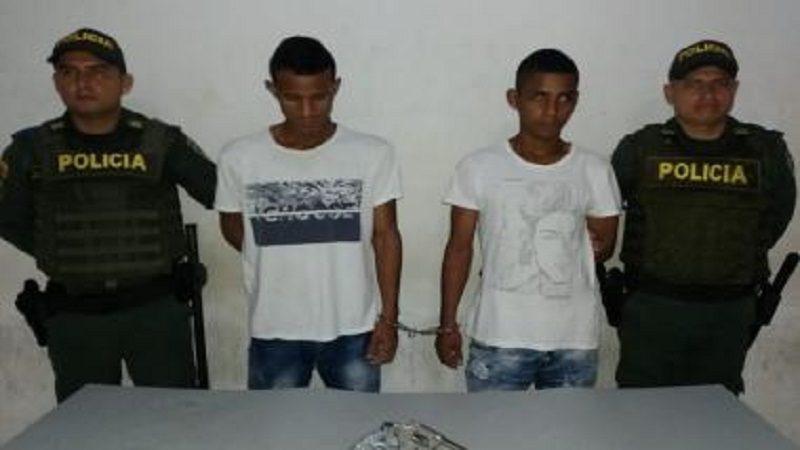 Capturan a dos hombres cuando atracaban a pasajeros de bus en San Roque
