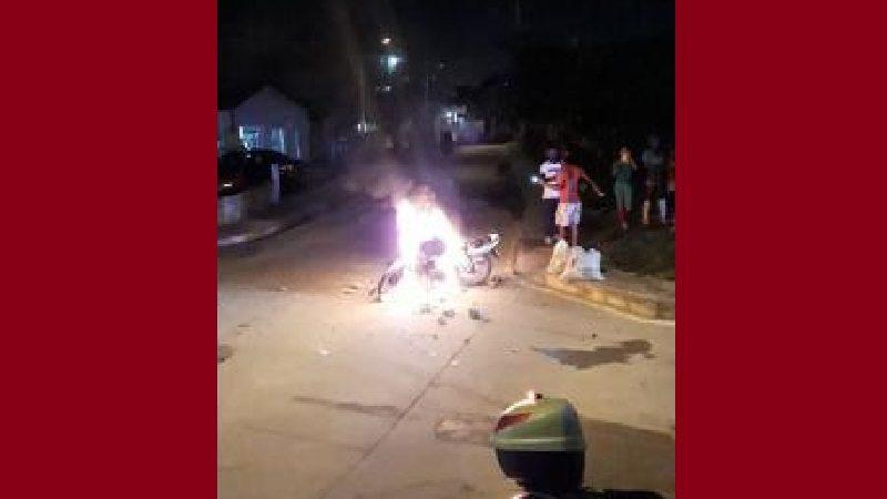 Comunidad captura y agrede a atracadores, y después les quema la moto