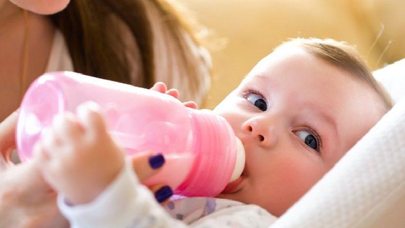 Conozca las diferencias entre alergia a la proteína de la leche de vaca y la intolerancia a la lactosa en los bebés