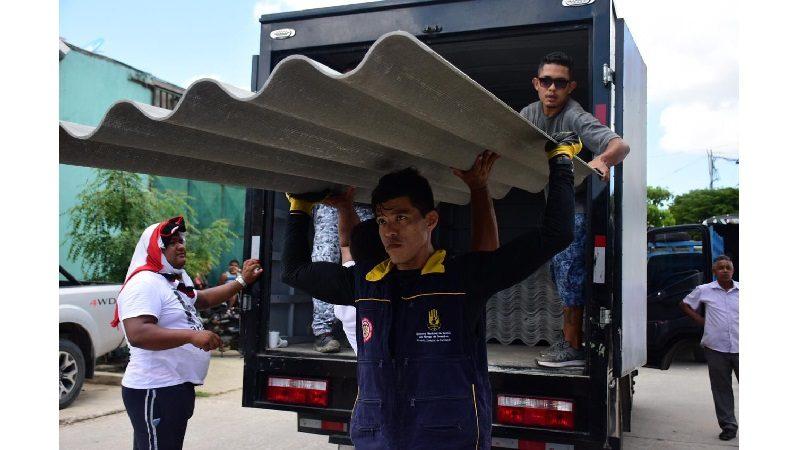 Distrito entregó ayudas a damnificados por vendaval en el barrio El Sinaí