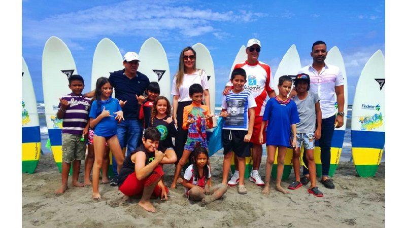 Entregan 20 tablas de surf a niños de Puerto Colombia para incentivar la práctica de este deporte