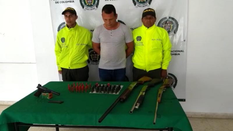 Hombre guardaba arsenal debajo de su cama en el municipio de Juan de Acosta