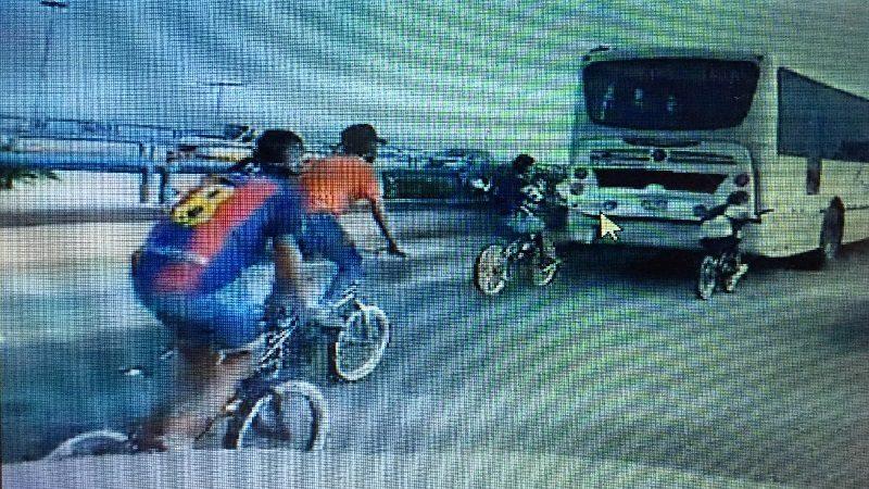 Jóvenes en bicicleta exponen sus vidas al sujetarse de buses de Transmetro