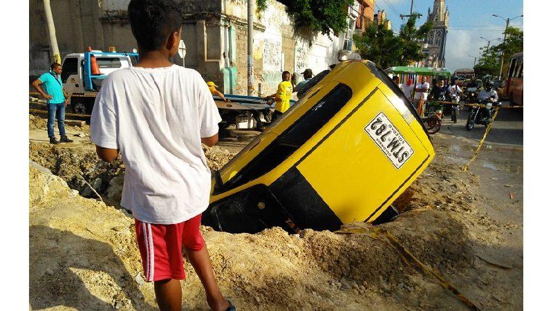 Taxi cayó en enorme hueco en la calle 30, barrio San Roque