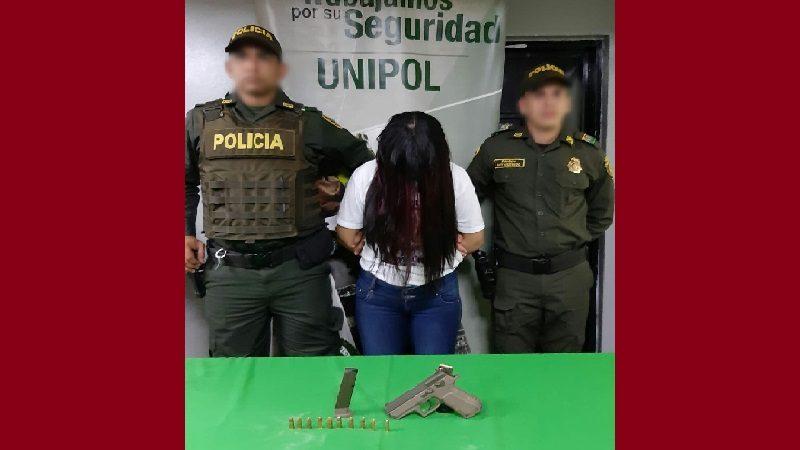 Capturan a mujer en pleno sepelio con pistola 9 milímetros, en el cementerio Universal