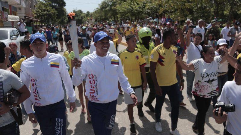Congresista Martha Villalba condecora al futbolista Carlos Bacca, este viernes 21 de diciembre