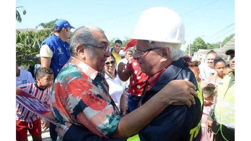 Hasta el maestro Alci Acosta celebró la pavimentación de una vía cerca a su casa, en Soledad