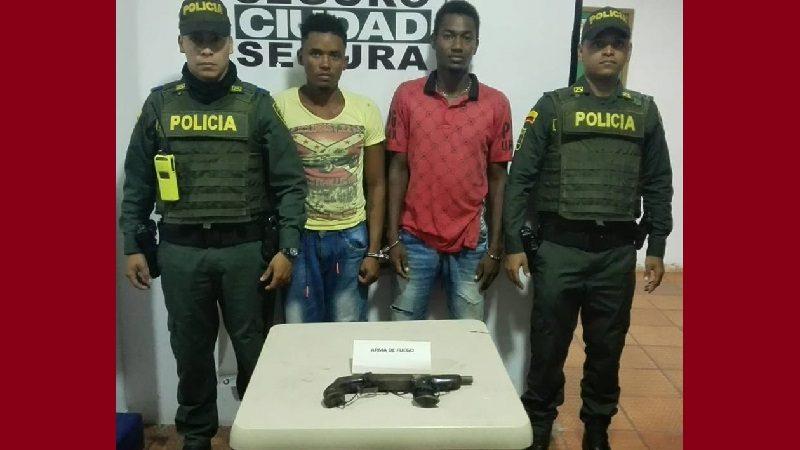 Policía captura a dos atracadores con escopeta calibre 16, en Campo de la Cruz