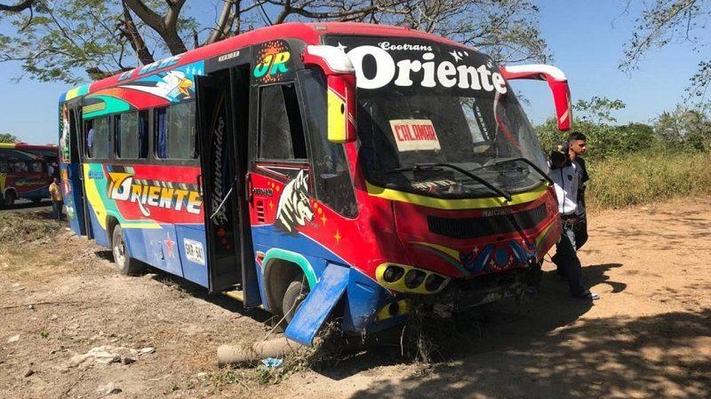 Al menos 12 heridos deja accidente entre bus y automóvil, en la vía Oriental