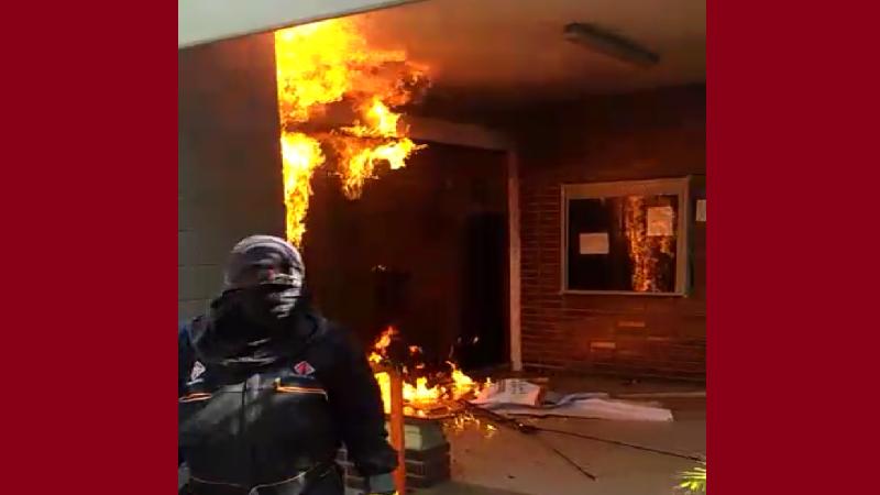 Estudiantes de Uniatlántico incendiaron puerta de la rectoría y atacaron piedras carros de la Policía
