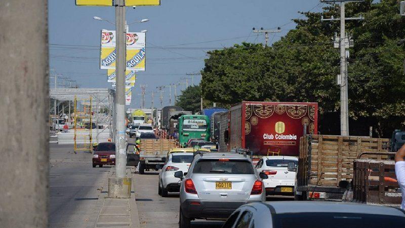Hoy lunes 18 febrero inició pico y placa en la vía 40. por montaje de palos del carnaval