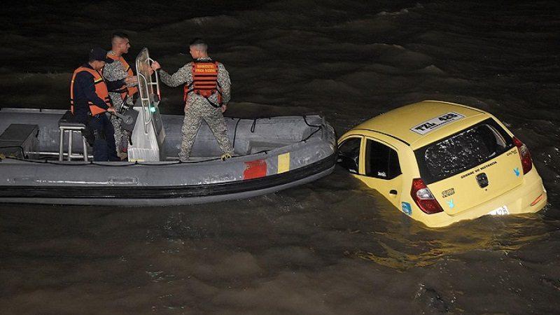 Taxi 'zapatico' cayó al río Magdalena en el Gran Malecón, con una pareja en su interior