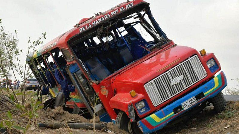 Al menos 10 heridos deja choque entre bus y furgón en la vía Oriental