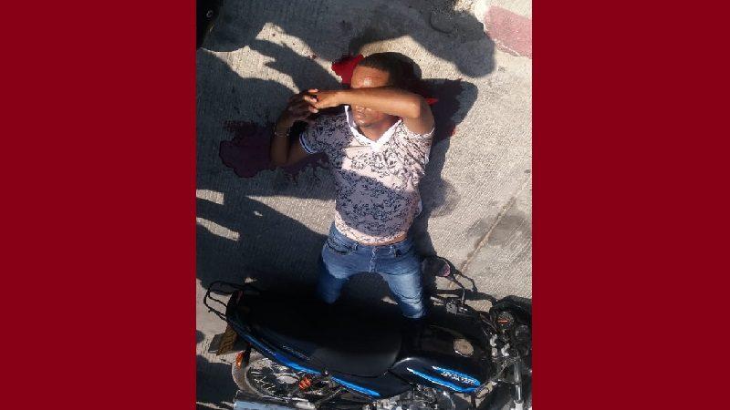 Patrullero de la Sijín se dejó atracar y después les dio tiros a los asaltantes, en Los Olivos