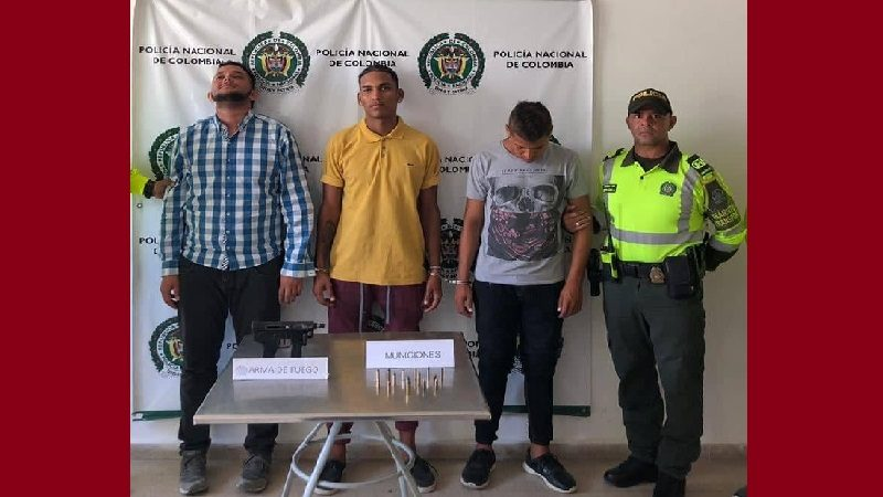 Capturan a tres hombres que viajaban en bus con una Miniuzi, en Luruaco