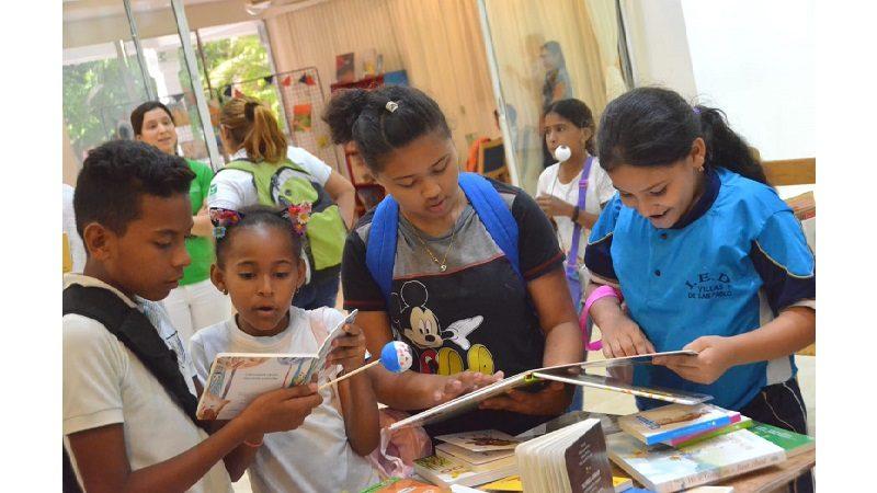 Entre libros e historias, estudiantes de colegios oficiales transforman su mundo