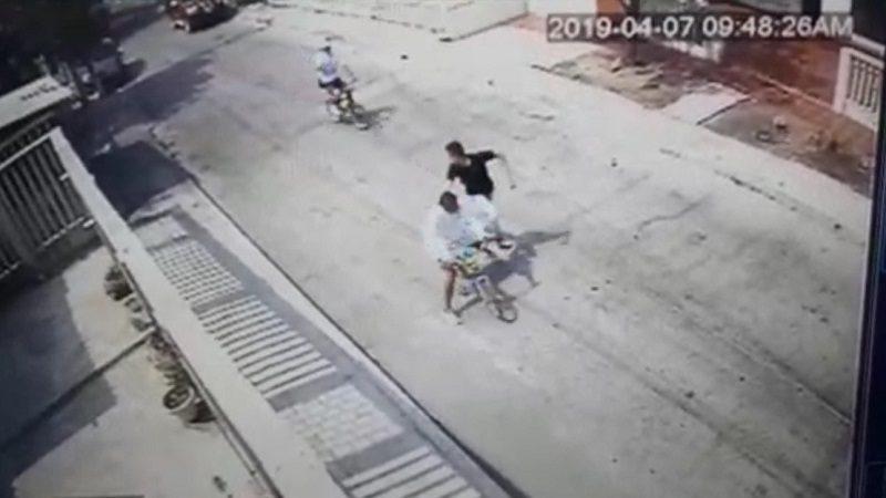 Lo atracan, persigue a los ladrones y le dan tres tiros, en el barrio La Pradera