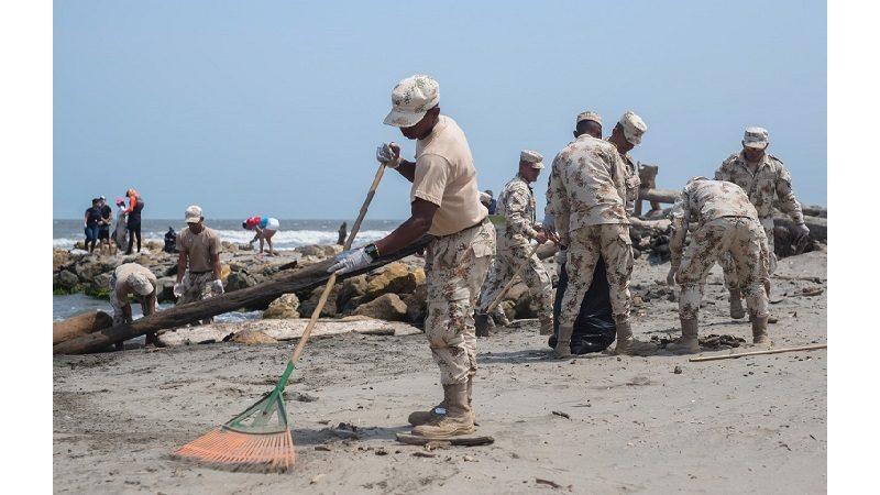 Retiran 20 toneladas de palos y desechos de las playas de Salgar