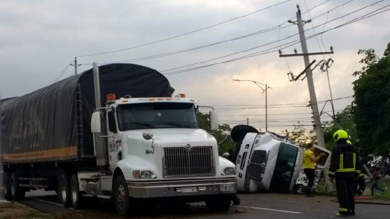 Camión se volcó y chocó con un poste en la Cordialidad