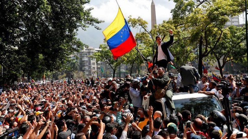 Guaidó llama a protestas y redobla presión contra Maduro tras fallido alzamiento militar