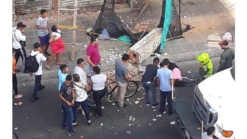 Muro de viejo edificio en la calle Murillo cayó encima de una mujer