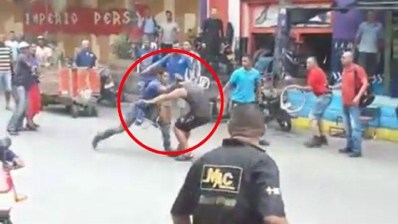 dos hombres se atacan a cuchillo en el centro de Barranquilla