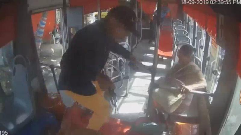 Vídeo: Se subió al bus como pasajero, pero era un atracador, en Barranquilla