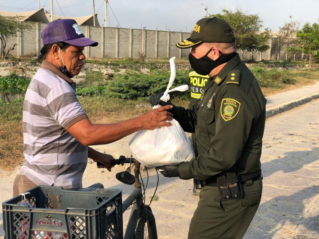 La imagen tiene un atributo ALT vacío; su nombre de archivo es policías-donaron-mil-mercados-para-familias-vulnerables-en-Barranquilla-1-1024x768.jpg