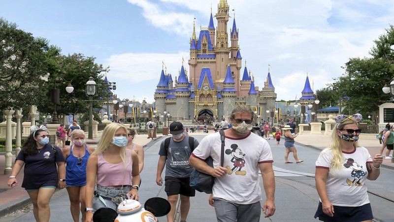 Comienzan otra vez a exigir uso de tapabocas en parques de Disney