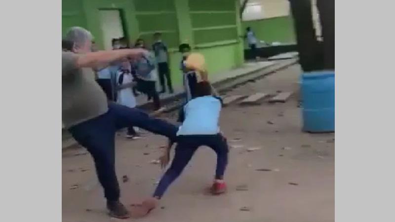 Vídeo: Profesor y alumno se fueron a los puños y patadas en el patio del colegio